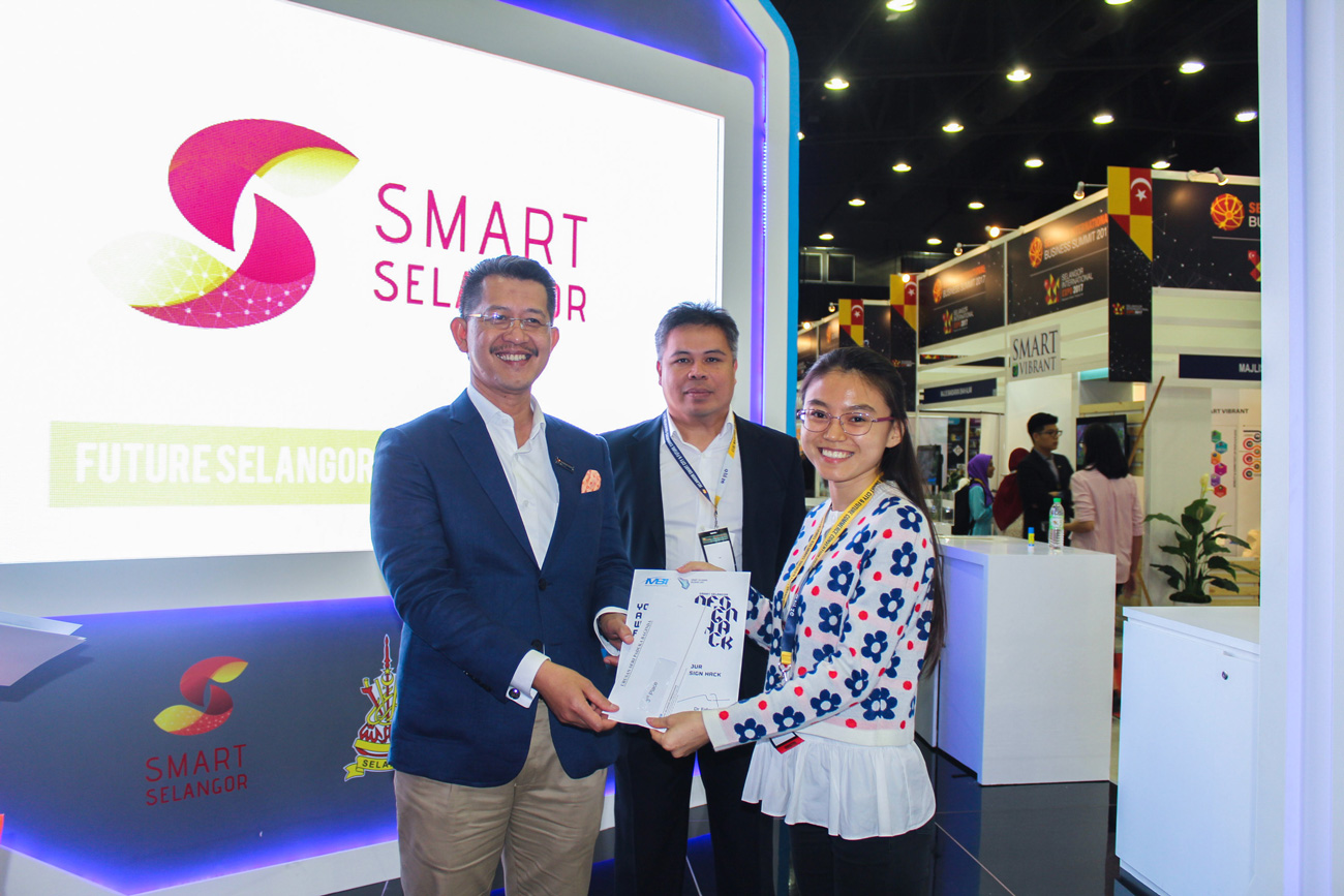 Also selected as one of the finalists for her logo design was Ainur Bagitova from Kazakhstan, who is a student of BSc (Hons) in Multimedia Technology at APU. From left: CEO of Invest Selangor, Dato' Hasan Azhari Idris, Project Manager of Smart Selangor Deliver Unit, Mazlan Mahadi, Ainur Bagitova.