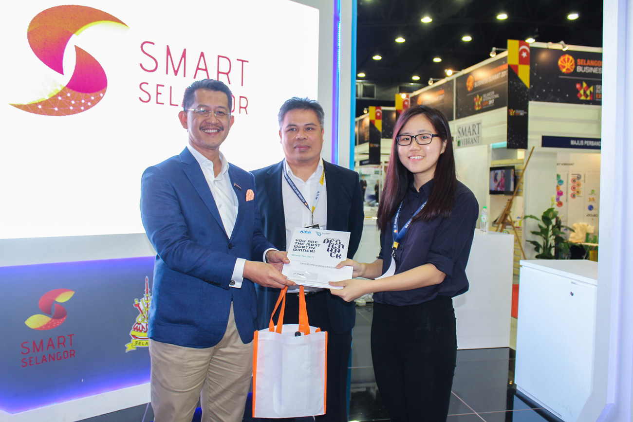Winnie's logo design was selected as the official logo of Smart Selangor. As a result, she walked away with a cash prize of RM3,000 and a Certificate of Achievement. From left: CEO of Invest Selangor, Dato' Hasan Azhari Idris, Project Manager of Smart Selangor Deliver Unit, Mazlan Mahadi, Winnie Tan Jia Ci.