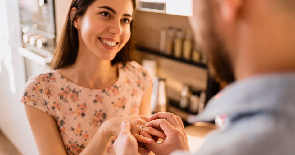 An Engagement Ring Buying Guide to Help You Save Money